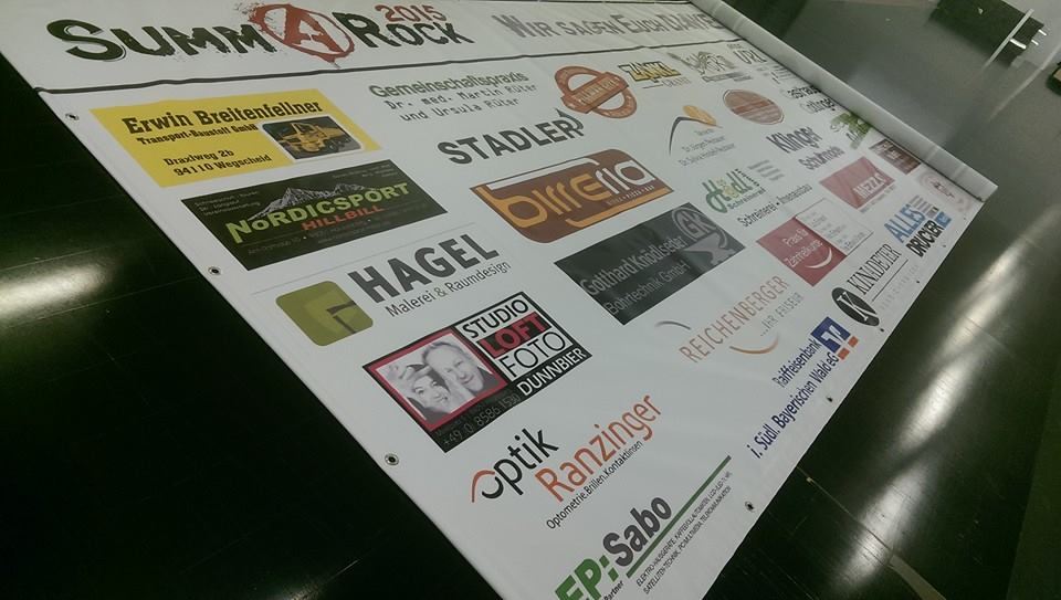 Werbeplane mit Sponsoren bedruckt